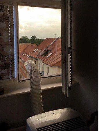 montaż pleksi w oknie